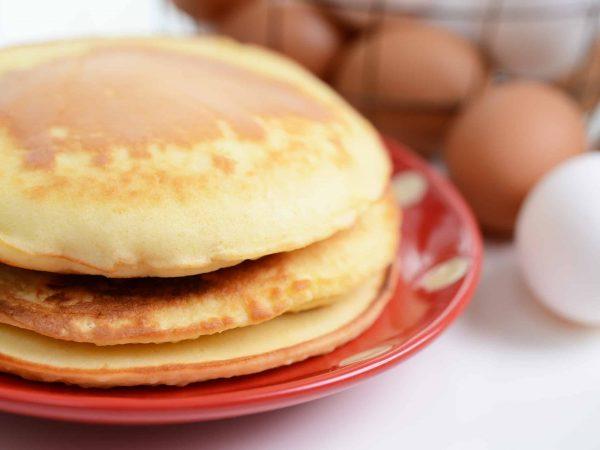 Pancakes und Eier im Hintergrund