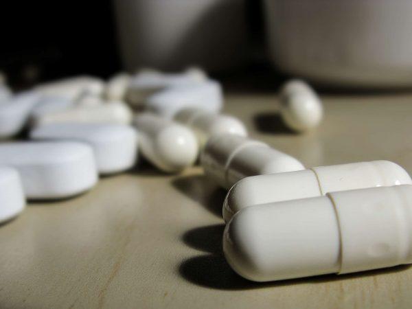 Weiße Pillen und Tabletten