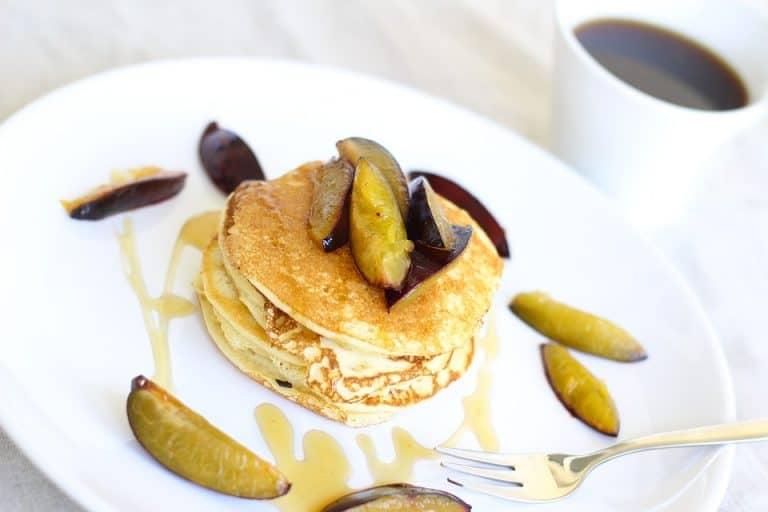 Pancakes mit Pflaumen und Kaffee