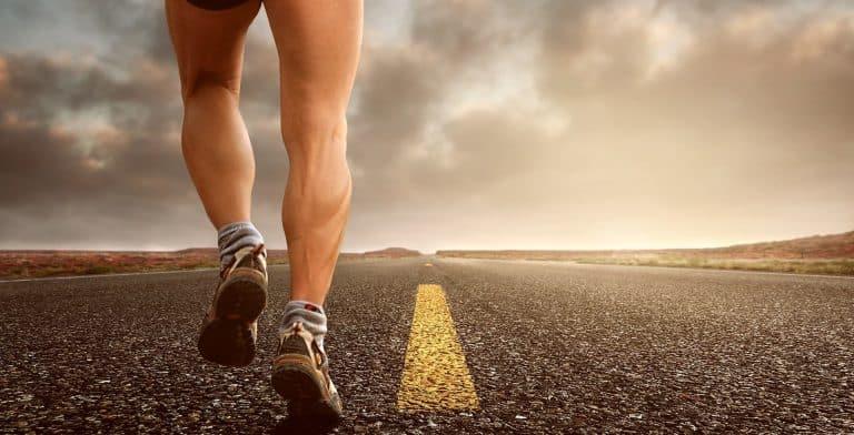 Mann joggt Straße entlang