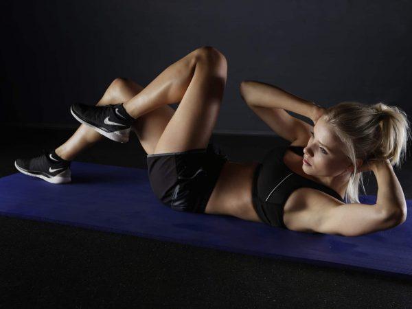 Sportliche Frau macht Übungen