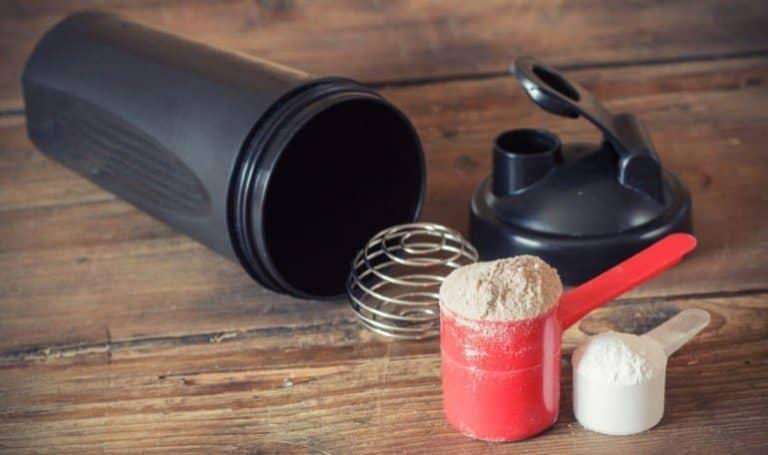Proteinshaker und Pulver
