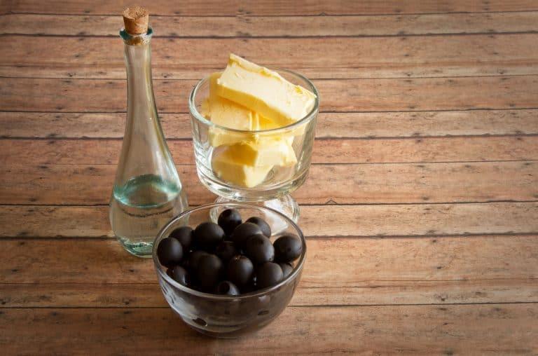 MCT Öl neben Butter und Oliven
