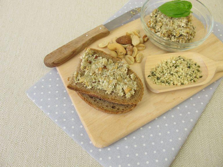 Brot mit Aufstrich und Hanfsamen
