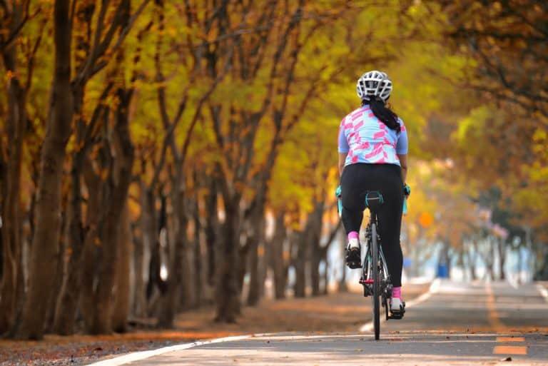 Frau beim Radfahren auf Straße