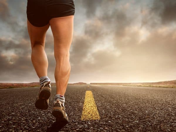 Muskulöse Beine eines laufenden Mannes