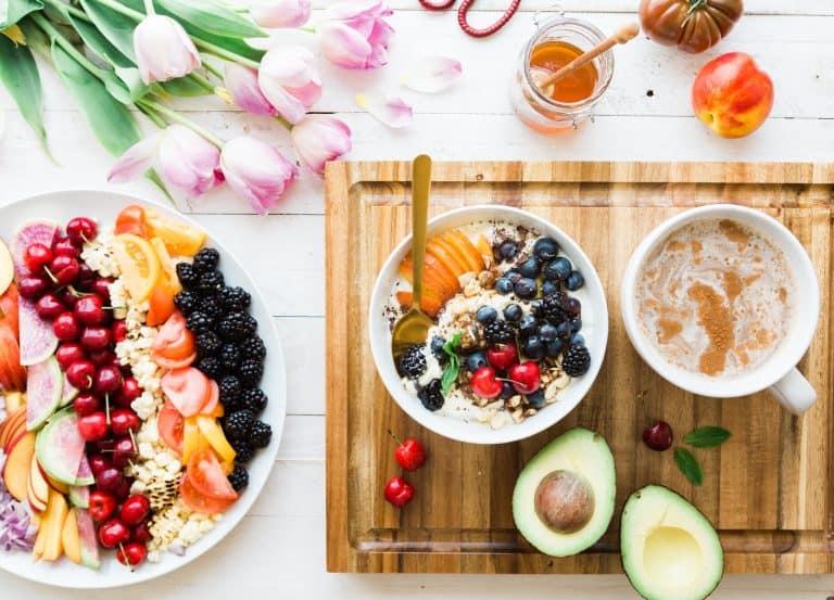 Avocado und Früchte