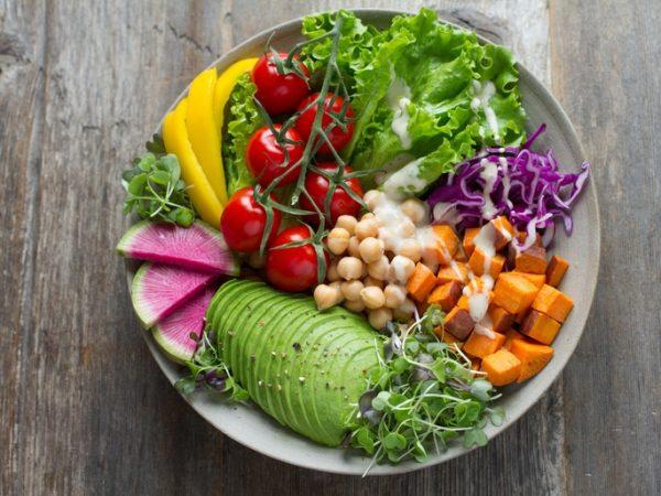 Veganer müssen bei der Auswahl eines Eisenpräparats vorsichtig sein, denn nicht alle Alternativen sind vegan. (Bildquelle: Anna Pelzer/unsplash)